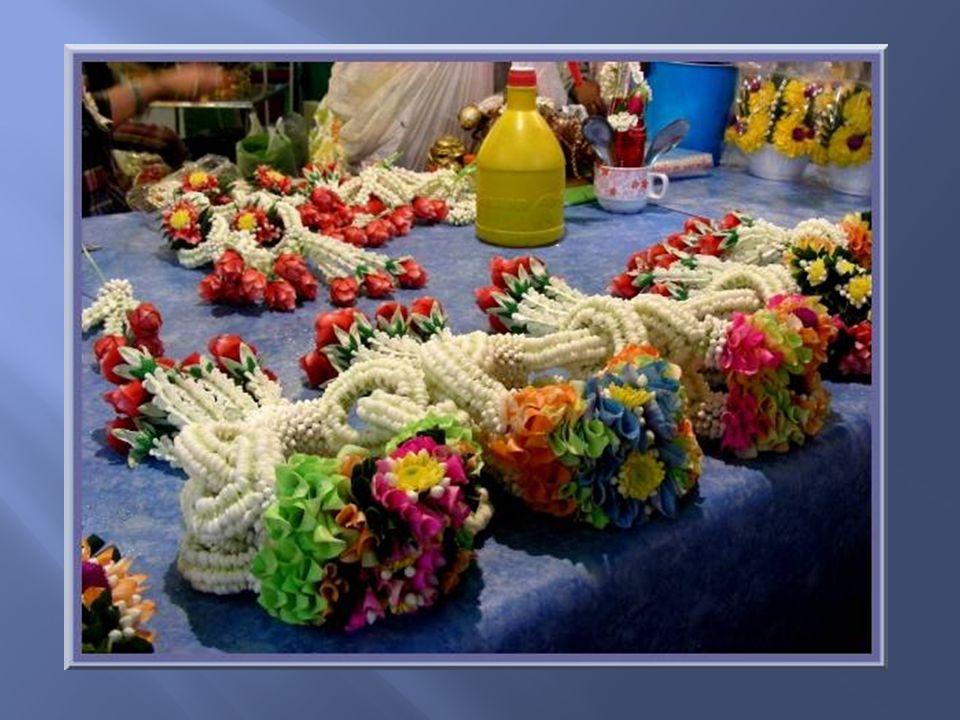 La préparation des offrandes que lon trouve à acheter à lentrée de tous les temples.