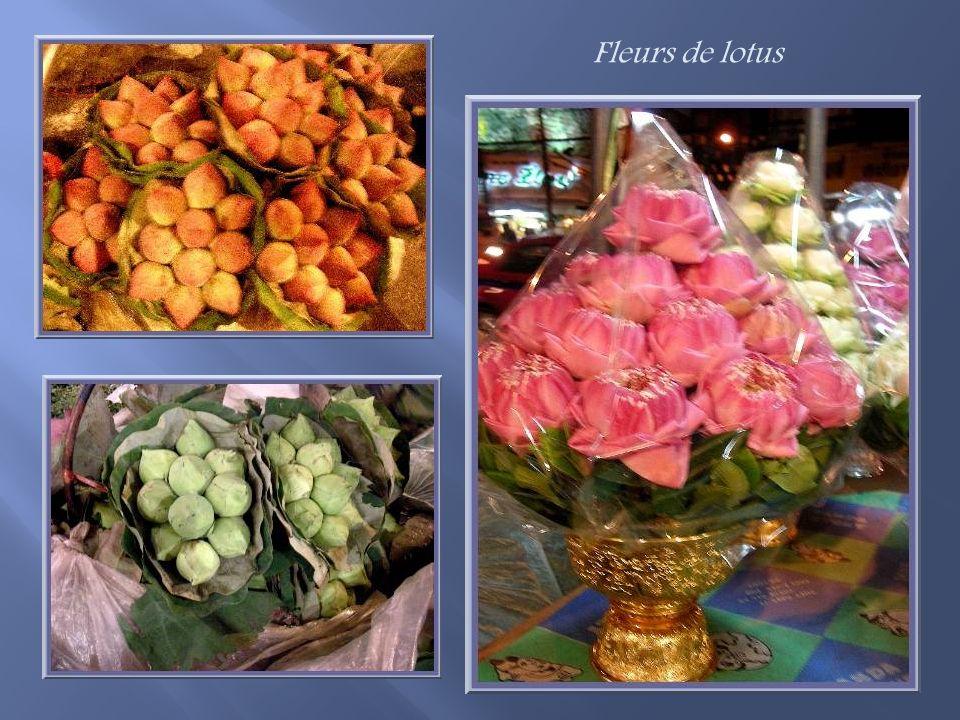 Les petites fleurs, matières premières des offrandes en colliers et bracelets, sont vendues en sacs!