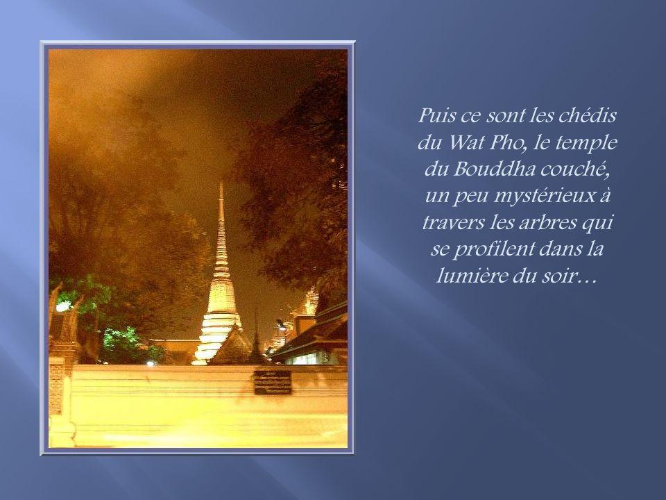 Poursuivant la marche dans la ruelle, nous arrivons en bordure du Chao Phaya et nous pouvons admirer le Wat Arun, le temple de lAurore, présenté dans mon diaporama précédent, dans toute sa splendeur nocturne!
