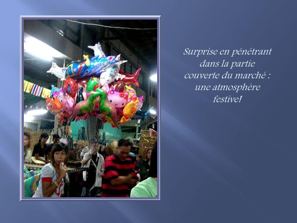 Surprise en pénétrant dans la partie couverte du marché : une atmosphère festive!