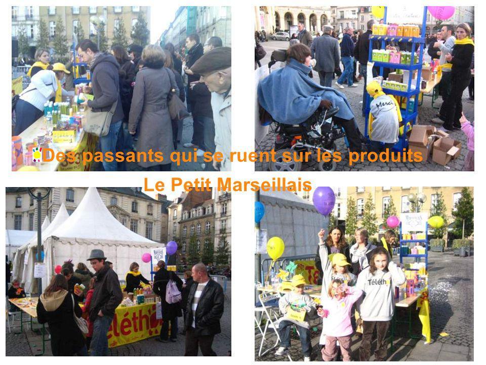 Des passants qui se ruent sur les produits Le Petit Marseillais
