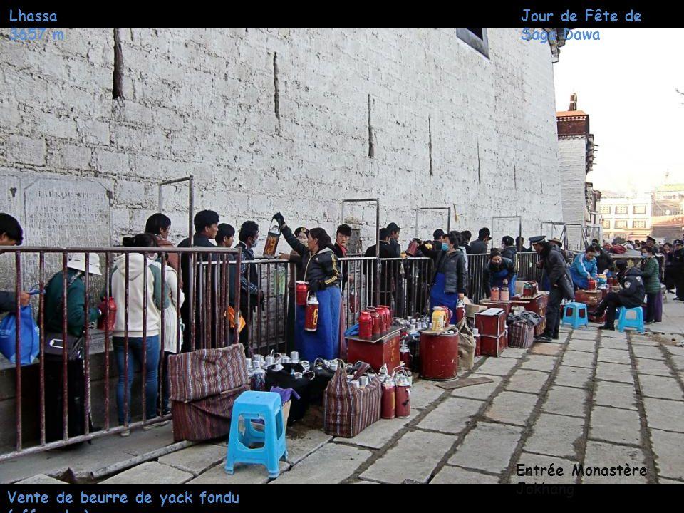 Lhassa 3657 m Chemin de pèlerinage Quartier Jokhang Jour de Fête de Saga Dawa