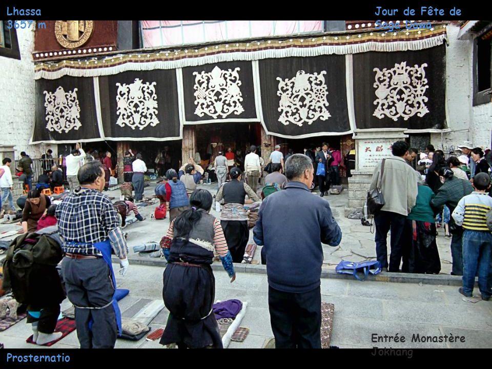 Lhassa 3657 m Quartier Jokhang Jour de Fête de Saga Dawa Prosternations Chemin de pèlerinage