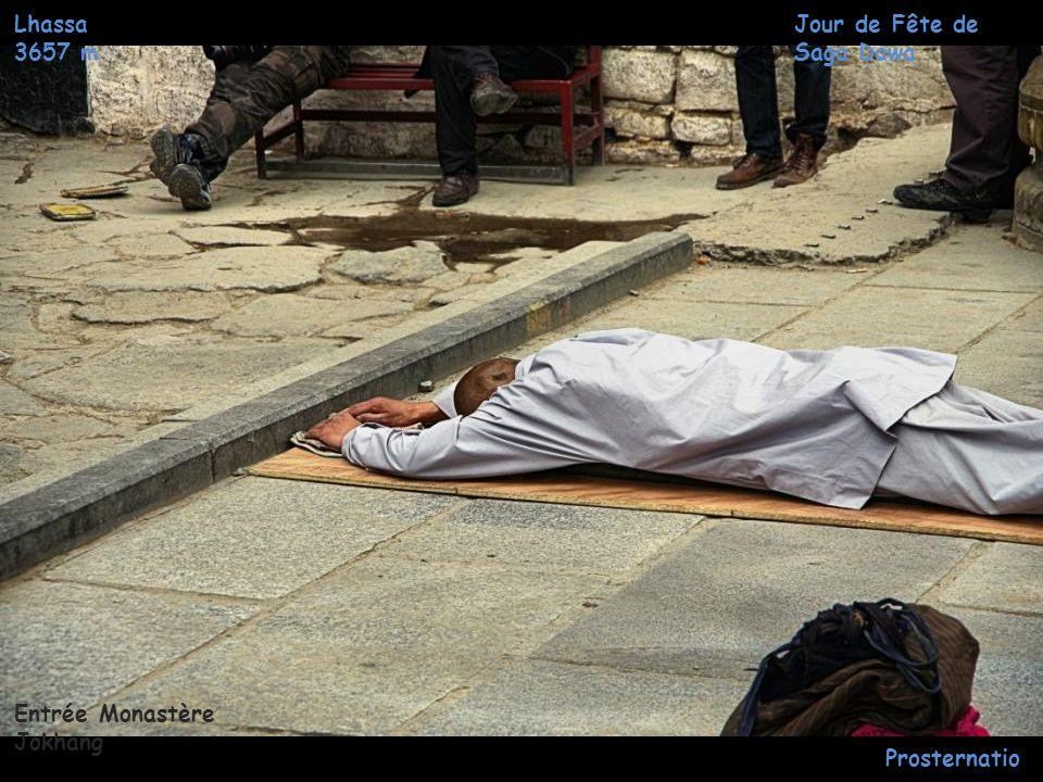 Lhassa 3657 m Jour de Fête de Saga Dawa Prosternatio ns Entrée Monastère Jokhang