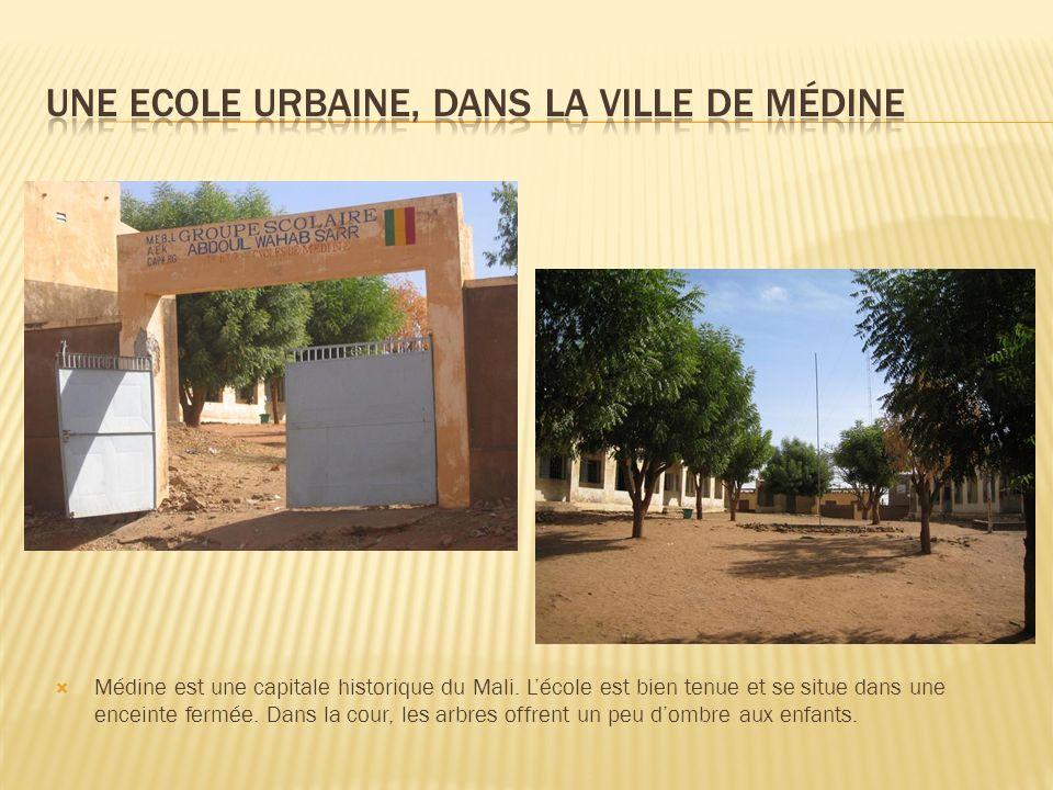Médine est une capitale historique du Mali. Lécole est bien tenue et se situe dans une enceinte fermée. Dans la cour, les arbres offrent un peu dombre