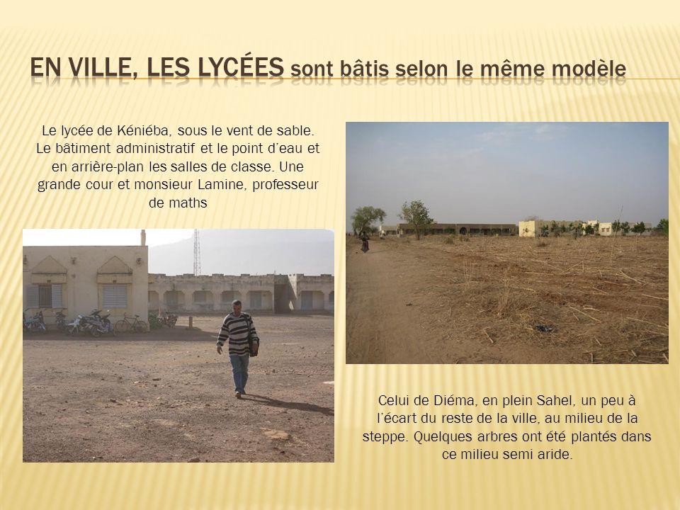 Le lycée de Kéniéba, sous le vent de sable. Le bâtiment administratif et le point deau et en arrière-plan les salles de classe. Une grande cour et mon