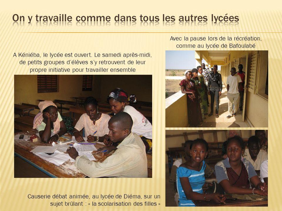 A Kéniéba, le lycée est ouvert. Le samedi après-midi, de petits groupes délèves sy retrouvent de leur propre initiative pour travailler ensemble Avec