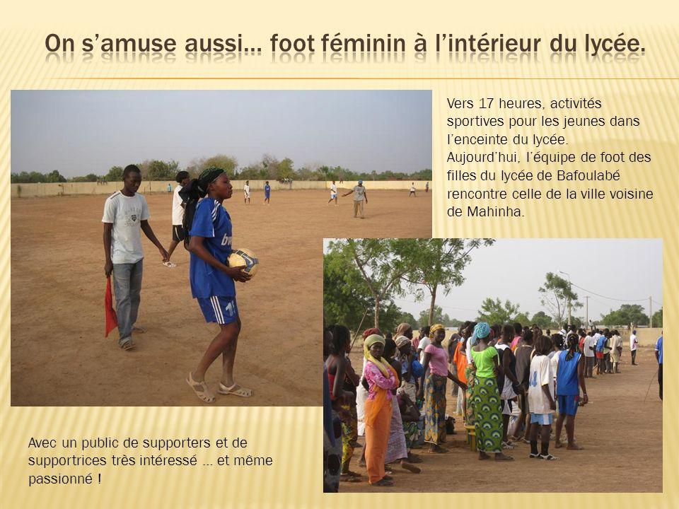 Vers 17 heures, activités sportives pour les jeunes dans lenceinte du lycée. Aujourdhui, léquipe de foot des filles du lycée de Bafoulabé rencontre ce