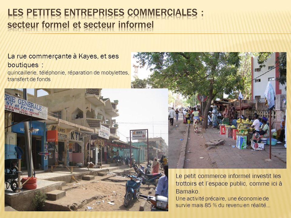 La rue commerçante à Kayes, et ses boutiques : quincaillerie, téléphonie, réparation de mobylettes, transfert de fonds Le petit commerce informel inve
