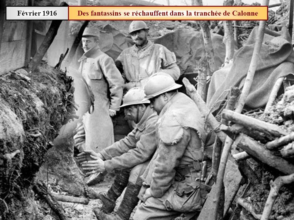 Janvier 1916 Exercice dalerte aux gaz: contrôle des masques