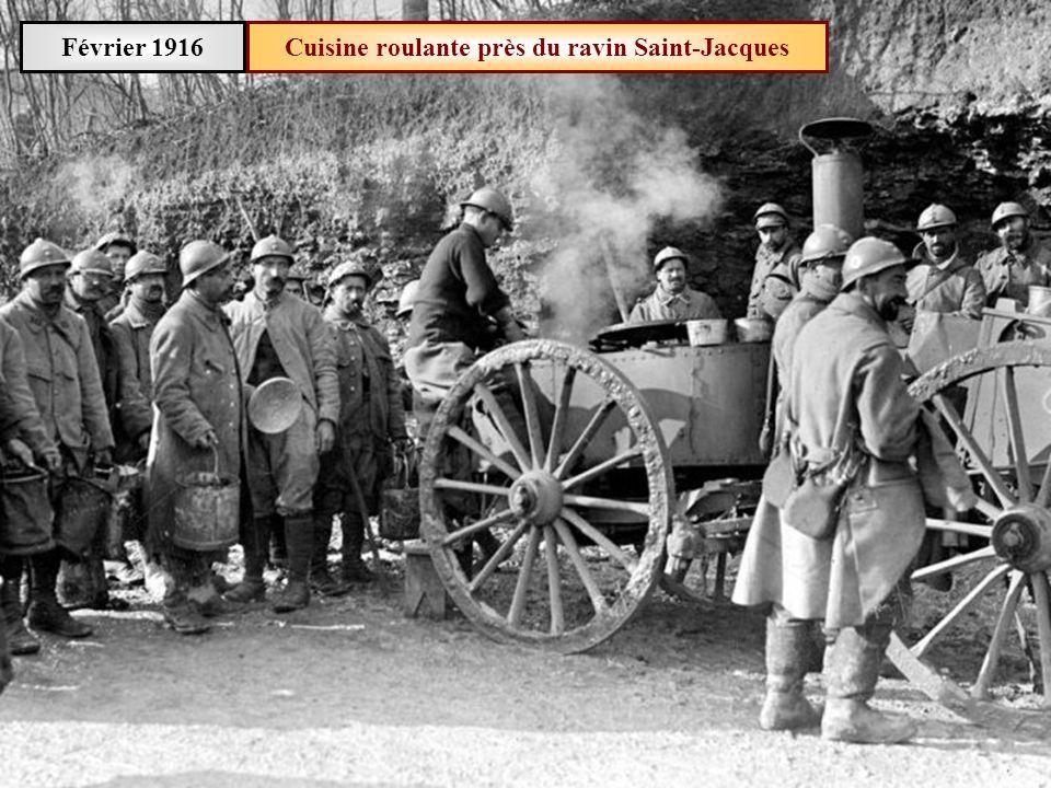 Février 1916 Chevaux tirant des tonneaux deau sur voie Decauville
