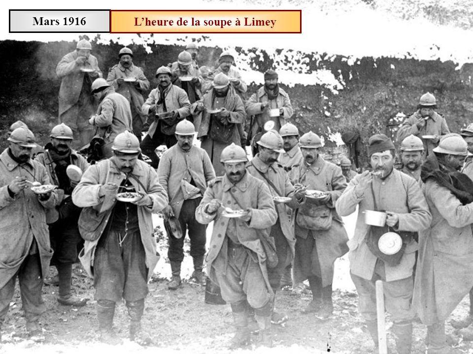 Mars 1916Des soldats posent des barbelés près de Limey