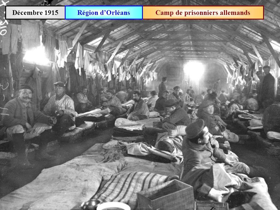 Décembre 1916Deux soldats français passent à côté dun cadavre français
