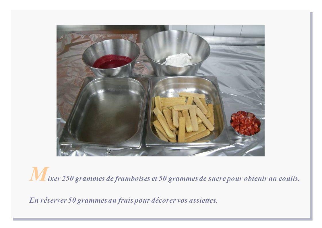 M ixer 250 grammes de framboises et 50 grammes de sucre pour obtenir un coulis.