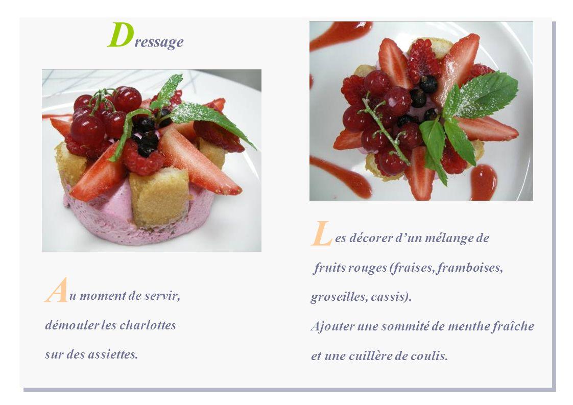 es décorer dun mélange de fruits rouges (fraises, framboises, groseilles, cassis).