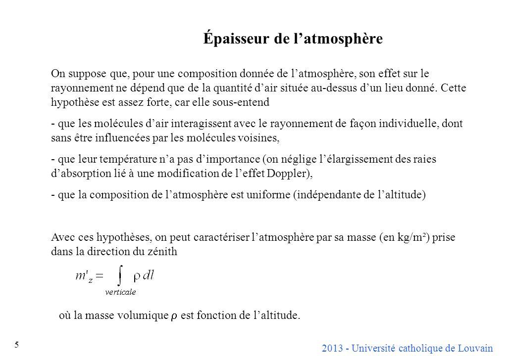 2013 - Université catholique de Louvain 6 Cette masse atmosphérique est liée à la pression atmosphérique, mesurée dans toutes les stations météo, par Pour pouvoir travailler en nombres sans dimension, on définit une masse atmosphérique standard où p 0 vaut 1 atm.