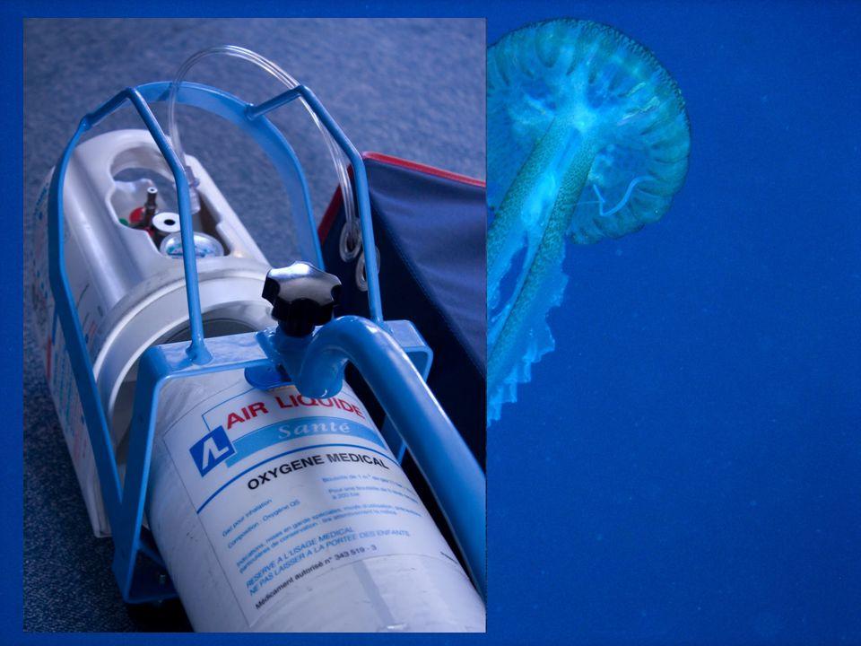 Si l'accidenté est conscient –administrer de l'oxygène pur au masque à 15 l/min. : mesure la plus importante. On peut en administrer pendant plusieurs