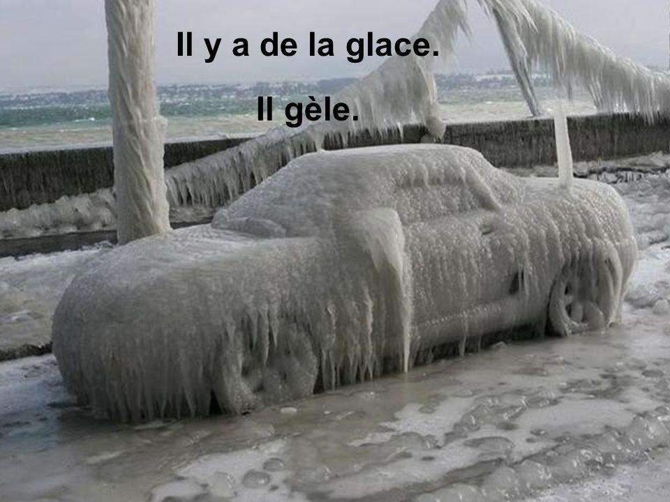 Il y a de la glace. Il gèle.