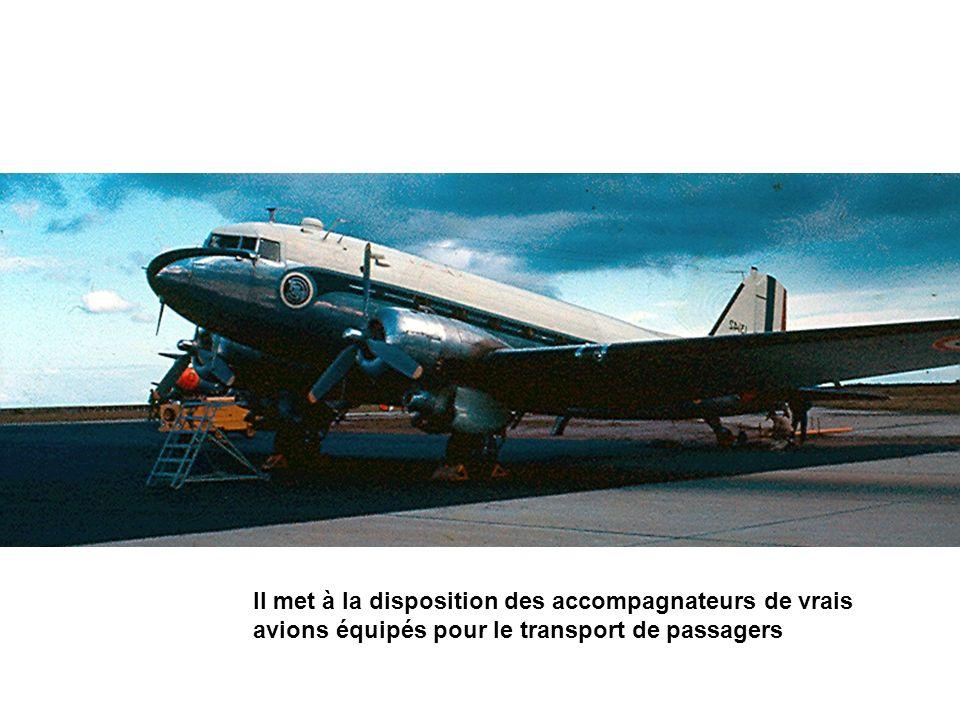 Il met à la disposition des accompagnateurs de vrais avions équipés pour le transport de passagers