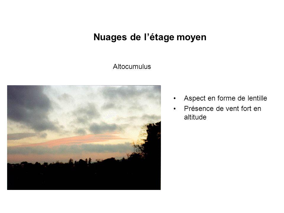 Nuages de létage moyen Aspect en forme de lentille Présence de vent fort en altitude Altocumulus