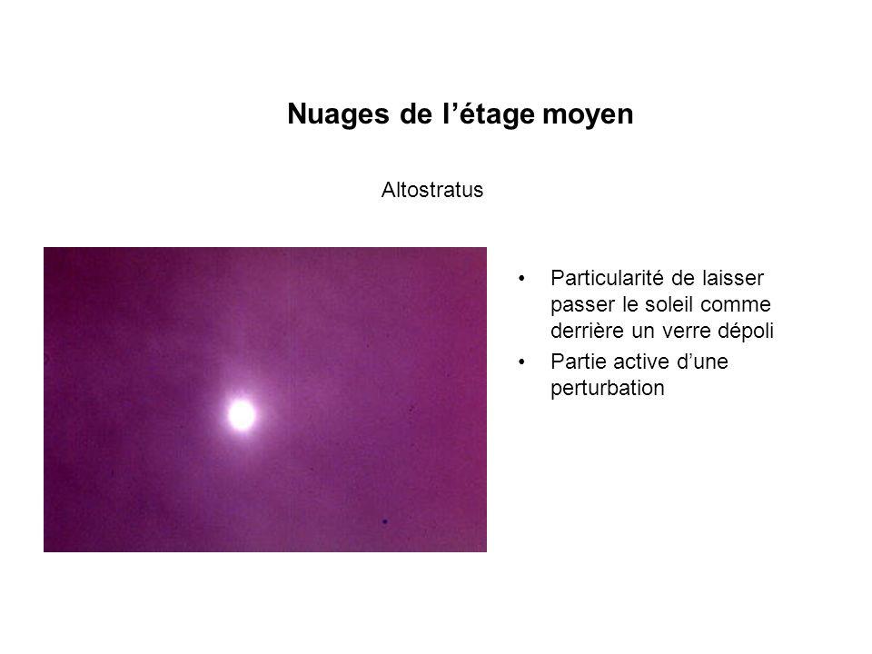 Nuages de létage moyen Particularité de laisser passer le soleil comme derrière un verre dépoli Partie active dune perturbation Altostratus