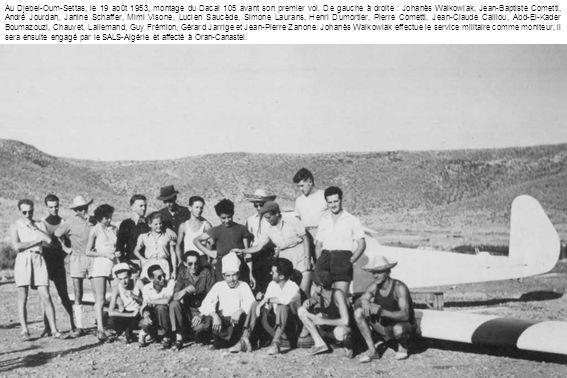 Au Djebel-Oum-Settas, le 19 août 1953, montage du Dacal 105 avant son premier vol. De gauche à droite : Johanès Walkowiak, Jean-Baptiste Cometti, Andr