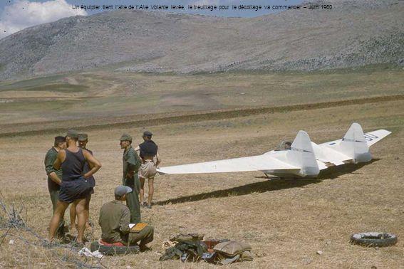 Un équipier tient laile de lAile Volante levée, le treuillage pour le décollage va commencer – Juin 1960