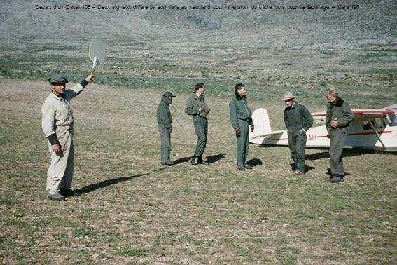 Départ dun Dacal 106 – Deux signaux différents sont faits au treuillard pour la tension du câble, puis pour le décollage – Mars 1961