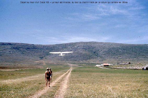 Départ au treuil dun Dacal 106 – Le treuil est invisible, au bout du chemin tracé par la voiture qui ramène les câbles