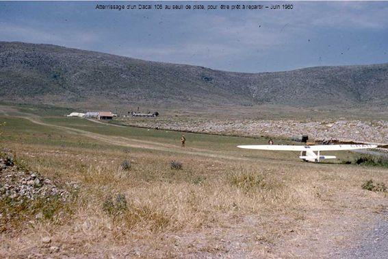Atterrissage dun Dacal 106 au seuil de piste, pour être prêt à repartir – Juin 1960