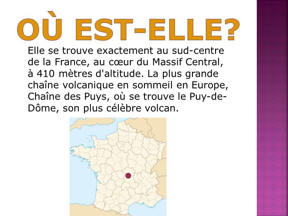 Elle se trouve exactement au sud-centre de la France, au cœur du Massif Central, à 410 mètres d'altitude. La plus grande chaîne volcanique en sommeil