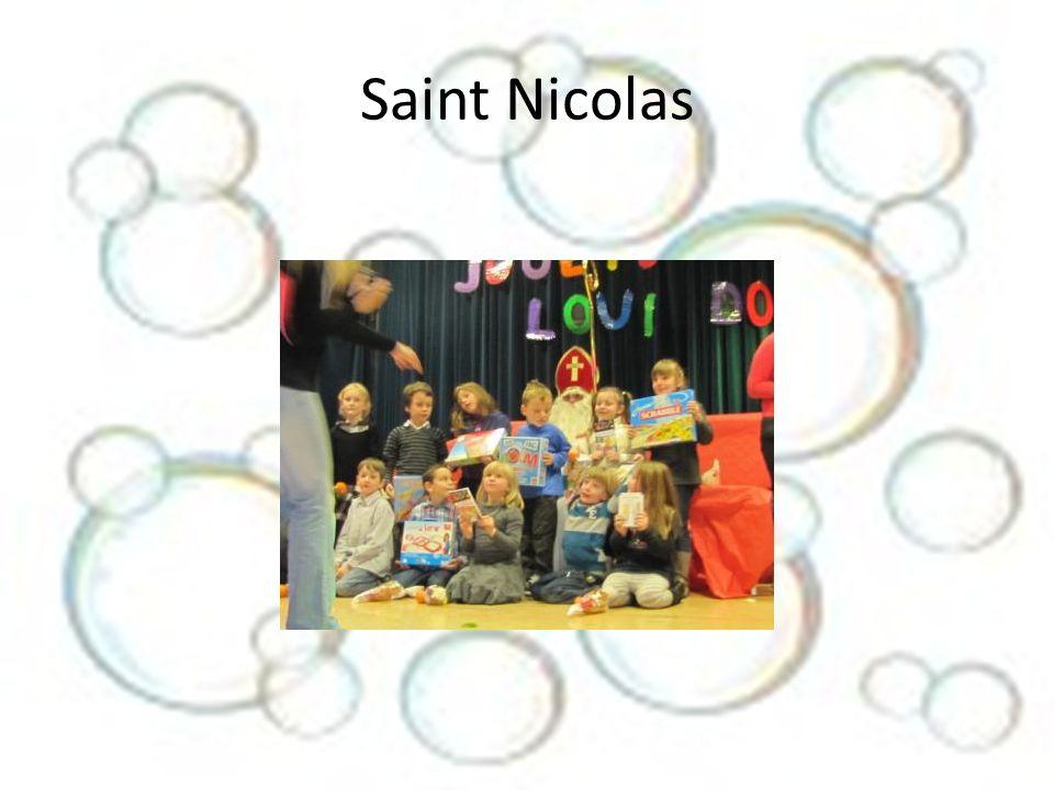 Après la venue de Saint Nicolas et la distribution des cadeaux, nous avions organisé la venue dun magicien pour égayer petits et grands.