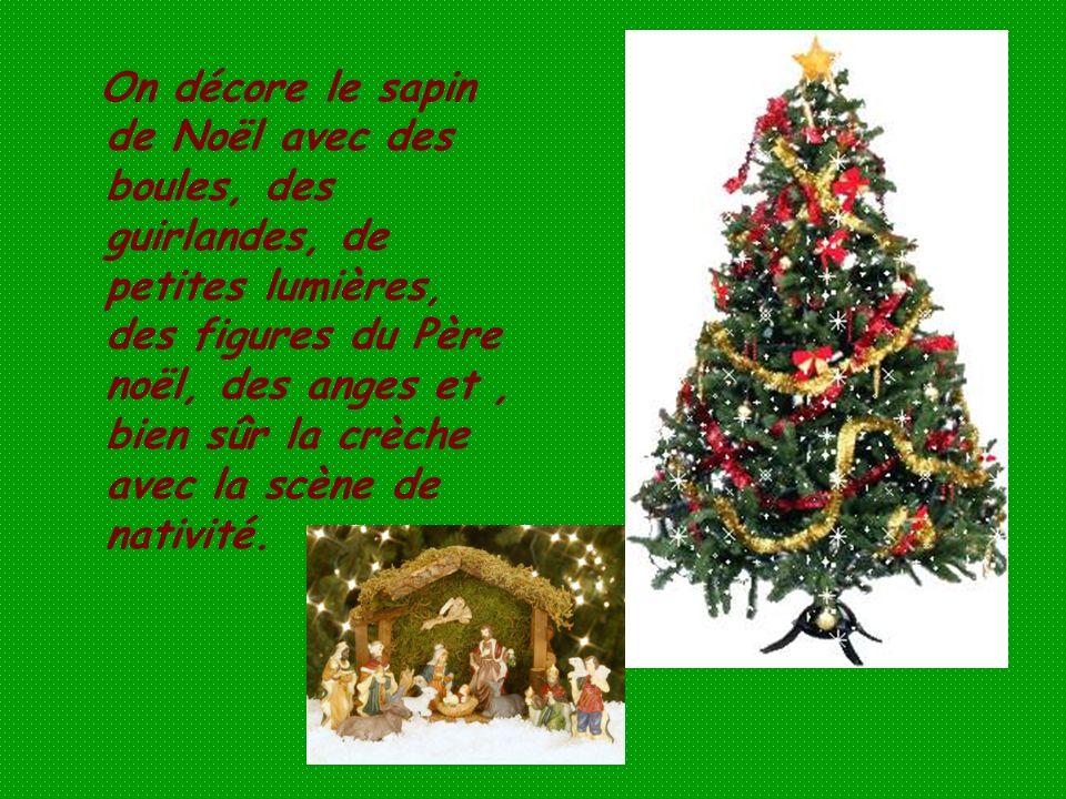 On décore le sapin de Noël avec des boules, des guirlandes, de petites lumières, des figures du Père noël, des anges et, bien sûr la crèche avec la sc