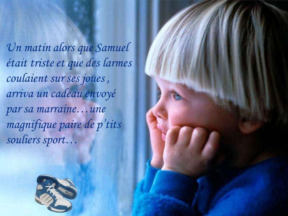 Un matin alors que Samuel était triste et que des larmes coulaient sur ses joues, arriva un cadeau envoyé par sa marraine…une magnifique paire de ptits souliers sport…