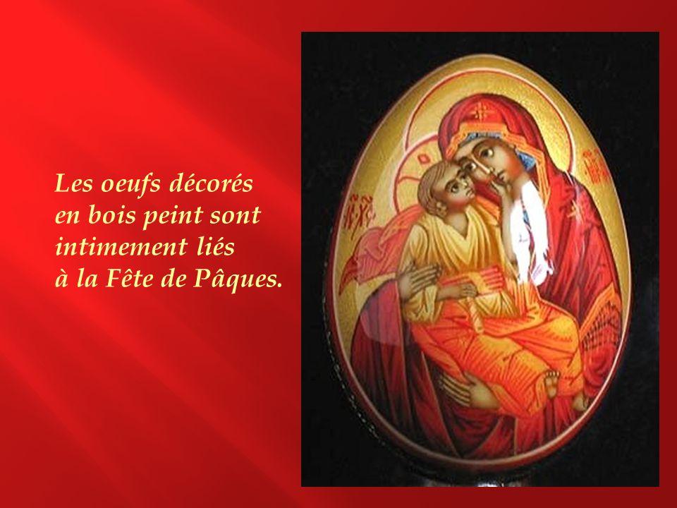 Les oeufs décorés en bois peint sont intimement liés à la Fête de Pâques.