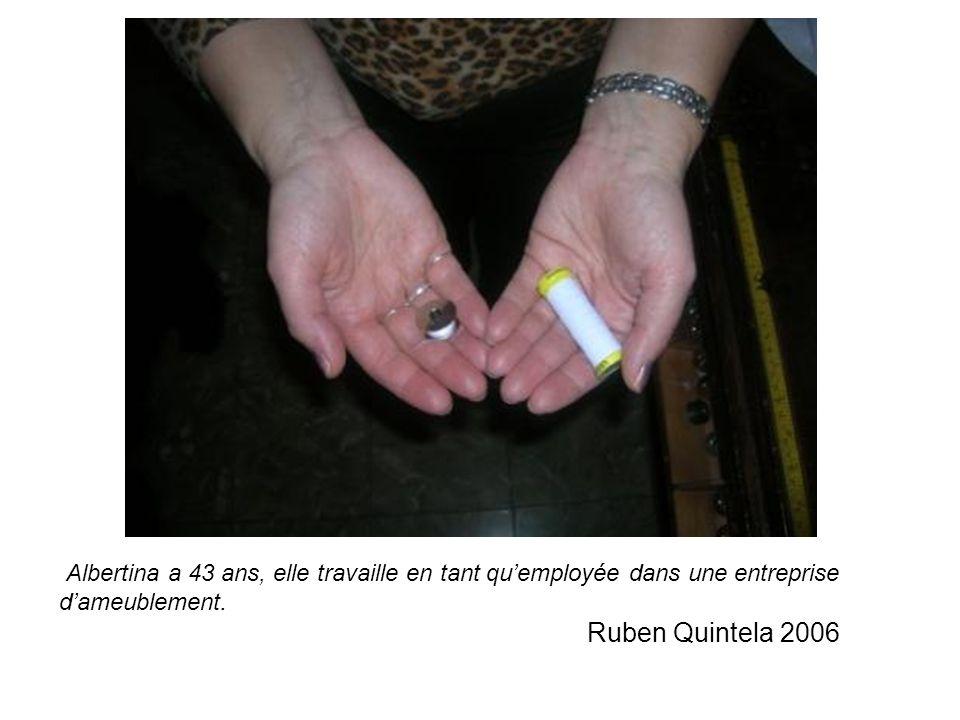 Albertina a 43 ans, elle travaille en tant quemployée dans une entreprise dameublement.
