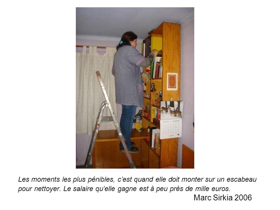 Les moments les plus pénibles, cest quand elle doit monter sur un escabeau pour nettoyer. Le salaire quelle gagne est à peu près de mille euros. Marc