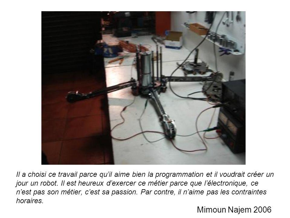 Il a choisi ce travail parce quil aime bien la programmation et il voudrait créer un jour un robot. Il est heureux dexercer ce métier parce que lélect