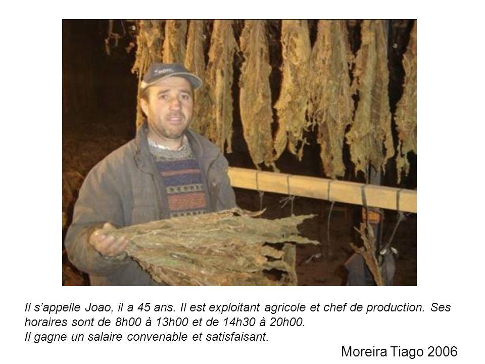 Il sappelle Joao, il a 45 ans. Il est exploitant agricole et chef de production. Ses horaires sont de 8h00 à 13h00 et de 14h30 à 20h00. Il gagne un sa