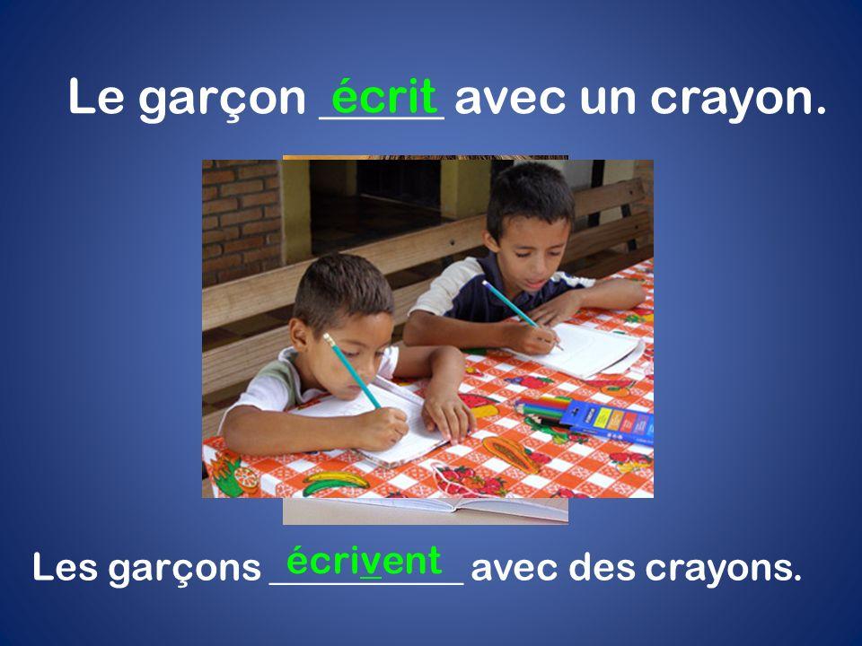 Le garçon _____ avec un crayon. écrit Les garçons __________ avec des crayons. écrivent