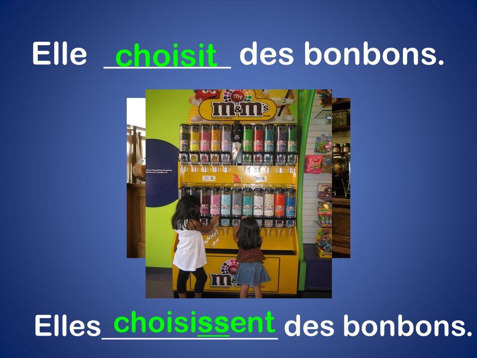 Elle ________ des bonbons. choisit Elles____________ des bonbons. choisissent