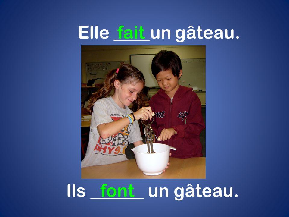 Elle ____un gâteau.fait Ils ______ un gâteau.font