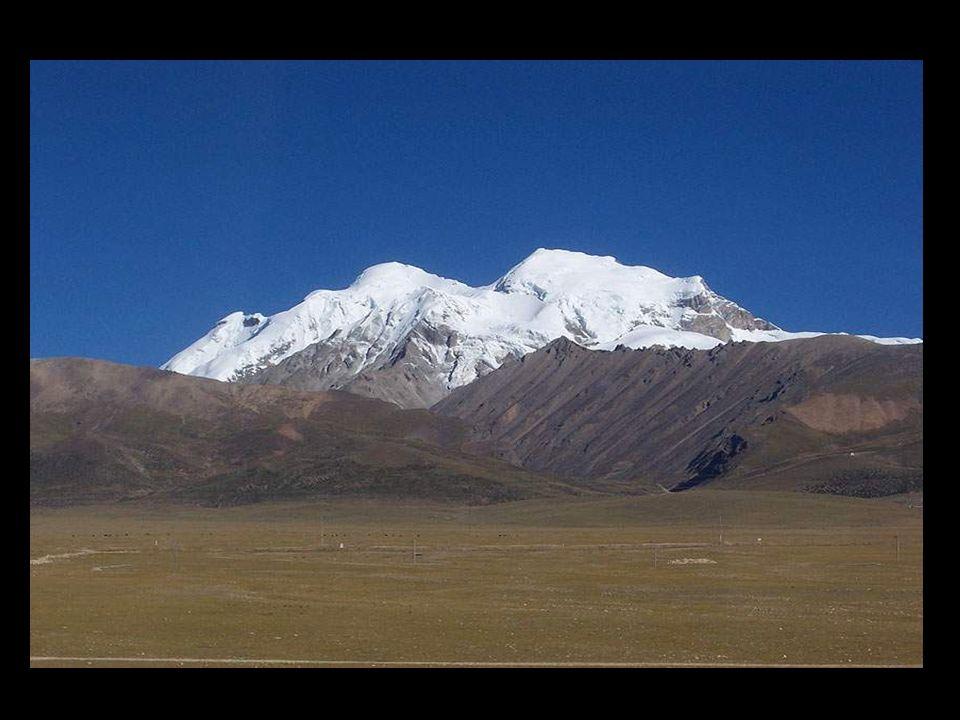 Notre train passe par des glaciers et des montagnes enneigées sur le chemin de Lhassa.