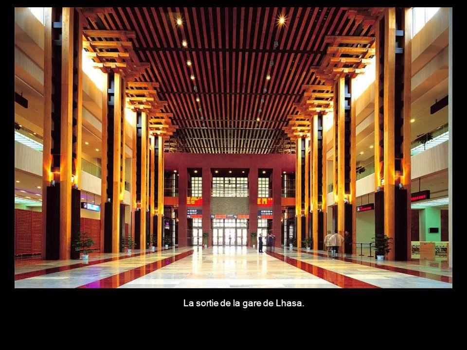 Le hall de la gare de Lhassa.