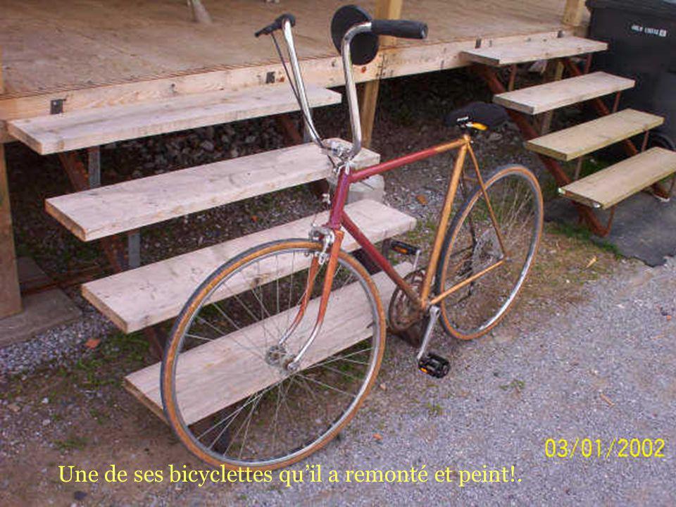 Une de ses bicyclettes quil a remonté et peint!.