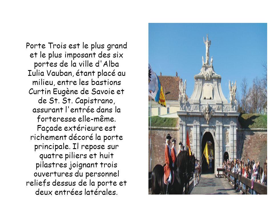 Porte Trois est le plus grand et le plus imposant des six portes de la ville d Alba Iulia Vauban, étant placé au milieu, entre les bastions Curtin Eugène de Savoie et de St.