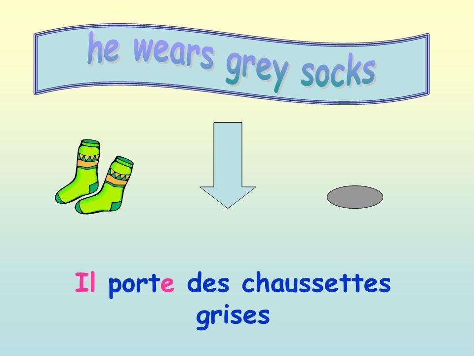 Il porte des chaussettes grises