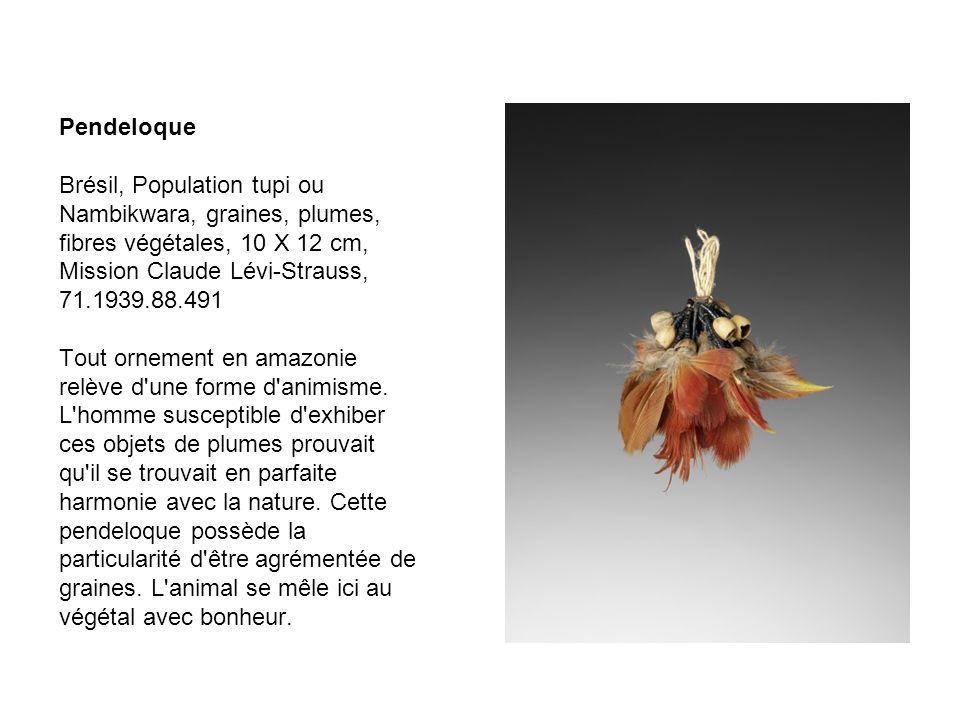 Pendeloque Brésil, Population tupi ou Nambikwara, graines, plumes, fibres végétales, 10 X 12 cm, Mission Claude Lévi-Strauss, 71.1939.88.491 Tout orne