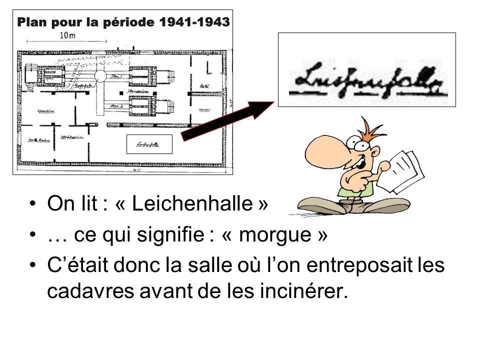 On lit : « Leichenhalle » … ce qui signifie : « morgue » Cétait donc la salle où lon entreposait les cadavres avant de les incinérer.