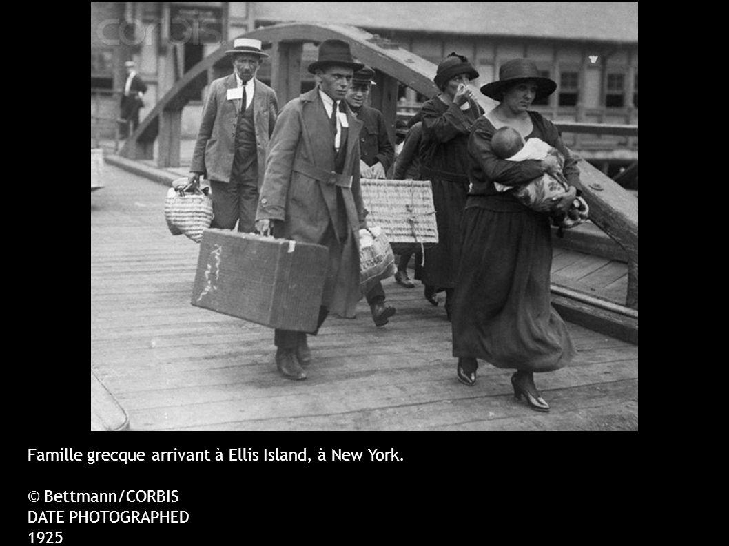 Famille grecque arrivant à Ellis Island, à New York. © Bettmann/CORBIS DATE PHOTOGRAPHED 1925